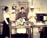 Donne indaffarate in cucina